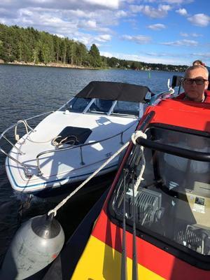 Sjöräddningssällskapet kunde bogsera in båten till hemmahamnen i Stugsund.