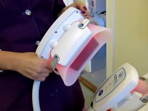 Handstyckena placeras på kroppen och i ett tio grader kallt vakuum slås fettcellerna sönder och dör.
