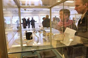 Blandad konst. Helena Westberg Risfelt och Jonas Westberg tar sig en titt på smycken som Annika Daevel skapat.