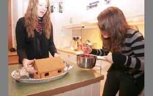 Liv Henze och Petra Elb bygger ett pepparkakshus.FOTO: FREDRIK PERAS-C