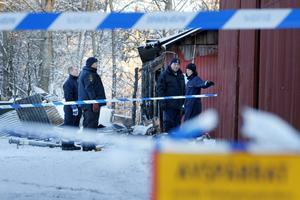 Hundförarna Lars Ekström och Roger Zetterberg från Uppsala undersöker brandplatsen tillsammans med de lokala teknikerna Ingela Meriloo och Staffan Johansson.