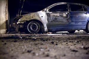 En bil blev totalförstörd. De materiella skadorna är stora, men i huset finns också bostäder och konsekvenserna kunde ha blivit mycket värre.