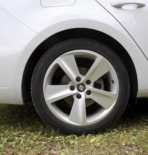 FR-modellen har 17-tumshjul med 45-profildäck som är både stötiga och bullriga. Bilen är dock typgodkänd med 15-tumshjul och 65-profil, så det är fritt fram att byta.