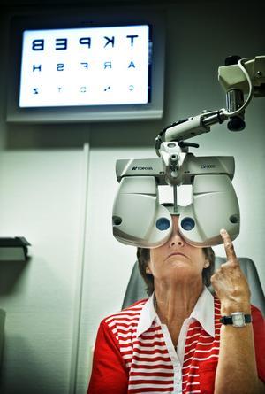 Ingegerd Cederlind var hos en läkare på ögonkliniken som konstaterade att hon behövde opereras p g a glaskroppsavlossning. Men först var hon tvungen att besöka en optiker för att få en remiss - trots att hon var hos en läkare... Camilla Josefson heter den leg. optikern.