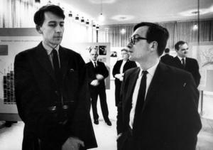 Tomas Tranströmer och Lars Gustafsson. Två vänner och svenska litterära giganter samtalar på Västerås stadsbibliotek 1966.