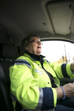 Gunilla Thelin tycker att elbilen är helt suverän, tyst, går mjukt och el är miljövänligt