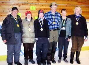 Av 18 möjliga medaljer i mormyska-SM tog Jämtlandsfiskare hand om sex och hälften av gulden hamnade i länet. Här de sex svenska mästarna, från vänster, Folke Andersson, Tunabygden som vann herrveteranklassen, Gunnel Nilsson, Jämtlandskroken, damveteran, Josefin Hammargård, Ulriksforsarna, damjunior, Janne Johansson, Storfiskarna, herrsenior, Linus Bergström, Stenbiten, herrjunior, och Susanna Karlsson, Ulriksforsarna, damsenior. Foto: Norsjö sportfiskeklubb