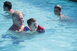 Noah Lindberg, 3 år, badade med pappa Niklas i stora poolen.