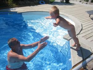 Hugo 2 1/2 år älskar att åka och bada hos mormor Ann-Louise och morfar Leif. Morfar tar emot när Hugo kastar sig orädd ut i vattnet.