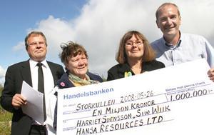 I fjol fick Siv Wiik (t.v.) och Harriet Svensson den första guldmiljonen för sitt fynd. Nu börjar provborrningarna utanför Överturingen.
