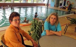 Mariann Nordlöf, styrelseordförande i Maserhallen AB, och Ulla Karin Solum, VD i företaget, är nöjda idag.– För förstas gången går kommunens badverksamhet med vinst, säger de. Foto: Hans Dahlqvist