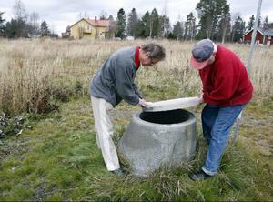 Här är en av brunnarna som är boven i dramat. Det luktar sumpgas när Stefan Hemmingsson och Kjell Svemark från Trångsviken lättar på locket.