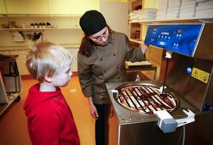 Margareta Leffler hjälper sonhustrun Tina Miinin att hålla den lilla chokladbutiken öppen på torsdagseftermiddagarna då de det bjuds på choklad och chokladpraliner, kaffe, te och saft.ÖP:s tillfällige sportlovspraktikant och smakexpert, 10-årige Gustav Sjödin från Bringåsen, gav Tina Miinins mörka choklad högsta betyg – 10.