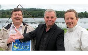 Jan Johansson, ordförande i Borlänge skolors musikkårs föräldraförening, Tomas Hellström, orkesterledare och Mats Höjer, konferencier är glada över att