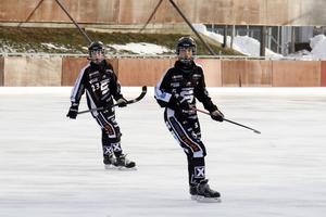 Tova Grönoset, 14 år, och Wilma Uhlin, 16 år, har vuxit ut till nyckelspelare på SAIK:s mittfält.