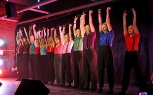Danstvåorna dansar här med hängslen till Äppelknyckarjazz. Foto: Johnny Fredborg