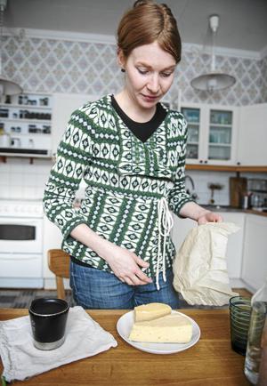 Laurène har bivaxduk istället för plastfolie över osten i kylskåpet.