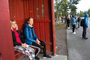 Anna Andersson och Edvin Jäderberg menar att det största problemet ligger i hemfärden. Då är det alltid så pass fullt på bussen att omkring 10-15 resenärer får stå i gången.