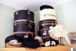 En samling med hattar och hattaskar har Josephina förstås.