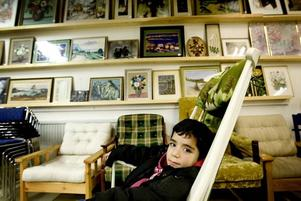 Diyar Al Mohana har hittat en gungstol att koppla av i medan hans föräldrar är på fyndjakt.