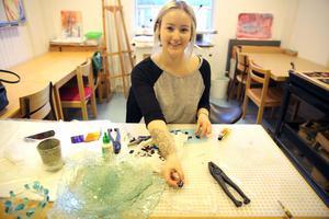 Stina-Li Svensson är praktikant på Mora folkhögskola och visade under skolans öppna hus hur eleverna gör glassmycken och skålar av gamla bilrutor.