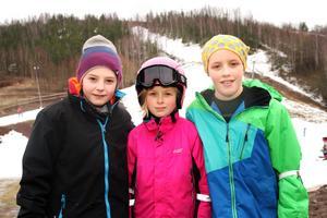 Axel Freij och syskonen Emma och Melker Andersson är några av dem som besökte slalombacken under lördagen.