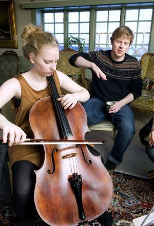 Celloelever har fått möjlighet att utbilda sig under ledning av världsledande cellister och lärare och har valt Tällberg som sin mötesplats. Här är det Kristina Winiarski som får instruktioner av Jakob Kullenberg.