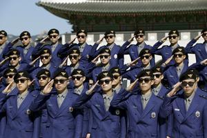 Turistpoliserna i Sydkorea bär kläder av samma designer som hjälpte artisten Psy.