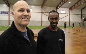 Arbetsledaren Lars Gunnarsson och Hassan Abdalle Ali lär sig av varandras språk. Foto: Bengt Petterson