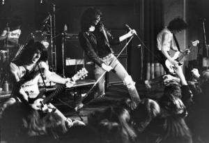 Ramones spelar i Stockholm 1977. Sångaren Joey, Richies bästa kompis, i mitten.