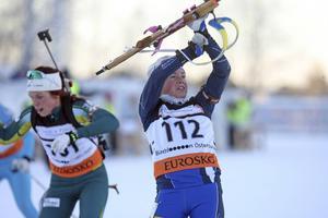 Sofia Myhr tar på sitt vapen med Bettan Högberg i bakgrunden. Nu är båda uttagna till världscuptävlingarna i Oberhof med start 6 januari.