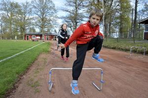 Häcklöpning. Rasmus Andersson får till både steg och hopp.