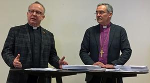 Jan-Olof Aggedal, kyrkoherde i Lomma och docent i kyrko- och missionsstudier, och Esbjörn Hagberg, biskop i Karlstad stift och ordförande i revisionsgruppen.