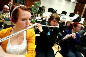 Emelie Svanström spelar tvärflöjt när Söderhamns musikkår ordnar traditionell konsert på nyårsafton.