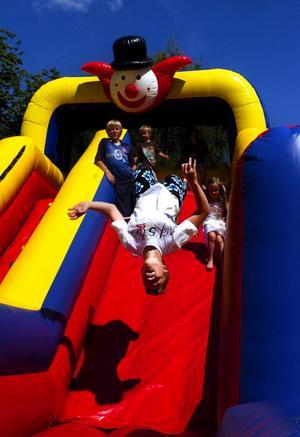 Bra studs. Johannes Thorell slog volter i den fem meter höga rutschbanan på Gammelgården i lördags. Det var nämligen 24:e upplagan av Järnklubbens Bruksfestival. Vädret var strålande och aktiviteterna många. En hel del SSAB-anställda med familjer var där för att umgås och ta del av alla arrangemang.