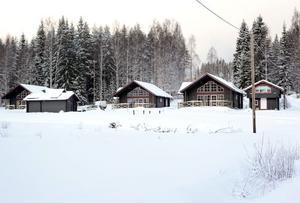 Stugor i alperna eller fjällen? Nej, det är familjen Schöllin som låtit bygga en mindre stugby vid Kungsberget.