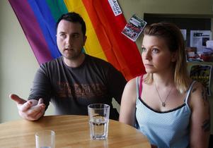 – Den internationella dagen mot homofobi betyder mycket, eftersom det finns väldigt mycket våld, hot och trakasserier mot just hbt-personer, säger Morgan Grafström, medlemsansvarig för RFSL i Sundsvall, här tillsammans med Annelie Andersson, vice ordförande i RFSL i Sundsvall.