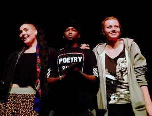 Sveriges tre bästa estradpoeter, frv Mimi Märak ,Tswi Hlakotsa och Kata Nilsson, som blev tvåa, etta respektive trea när SM i Poetry Slam avgjordes i Umeå.