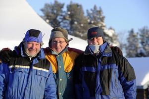 Lars Ekstrand på Mon gård i Storbo tillsammans med sina tyska gäster Hans och Monika Trulsen,från Langen nära Frankfurt. De två tillbringar sin 15:e vinter i Storbo. Foto:Nisse Schmidt
