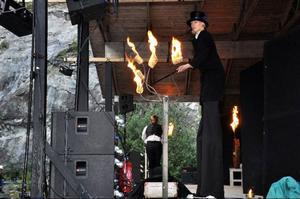 Nordcirkus med långbenta Sara Oja och Daniel Wennergren från Edsåsdalen bjöd på poi, jonglerande med eldklot.
