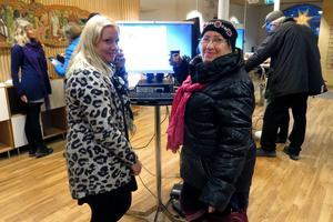 Catrin Jonsson hjälpte Britt-Inger Telin.