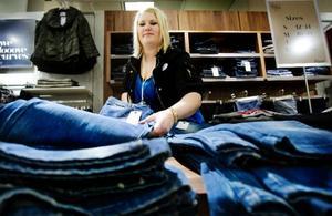 """Sedan tre veckor tillbaka har klädbutiken Zizzi varit öppen sedan butiken försvann  i samband med Fannys konkurs i våras. """"Butiken gick redan bra  i Östersund och  i och med att vi förlorade den gamla lokalen väntade Zizzi på nya lokaler att öppna i"""", säger Märta Hedenfalk butikschef på Zizzi i Östersund.Foto: Ulrika Andersson"""