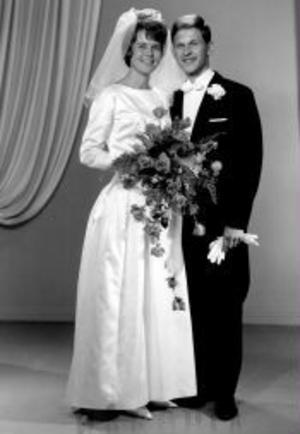 Margaretha, född Sjölén, och Kjell Lundgren, Stöde, firar i dag sin 40-åriga bröllopsdag. De vigdes i Bethel, Stöde, den 7 augusti 1965 av Axel Fristedt. Högtidsdagen firas tillsammans med sönerna Andreas och Jesper samt deras familjer.Foto: Foto Engström, Sundsvall