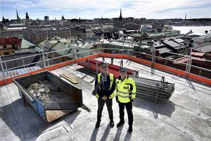 Mårten Castenfors, chef för Liljevalchs konsthall, och Mats Hederos, vd på AMF Fastigheter, på det översta planet på byggnaden som ska bli platsen för nästa år vårsalong.