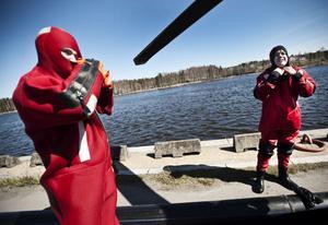 Mats Rönnquist och Henrik Persson lade sig i vattnet frivilligt för att bli uppvinschade av räddningshelikoptern.