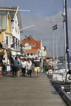Folk och shopping på Smögenbryggan.