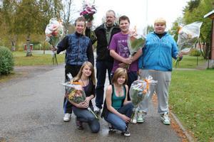 Rasmus Barrsten, Tobias Wexell, Viktor Isaksson. Fanny Storm och Evelina Isaksson och deras ledare Johnny Wallberg prisades på Los skola i går.
