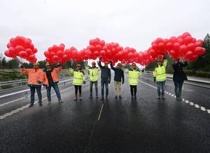Röda ballonger släpptes upp mot den gråmulna novemberhimlen för att förkunna nya E4 Sundsvall som invigd.