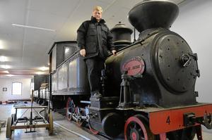 Gamla tåg. I godsmagasinet ska det bli ett tågmuseum, berättar Ture Österberg, här med smalspåriga ångloket BDJ No 4 från 1887 som drog malmtåg från Dalkarlsberg till Vikersvik för omlastning.