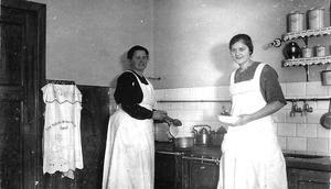 Alma Asplund med en av de anställda flickorna.